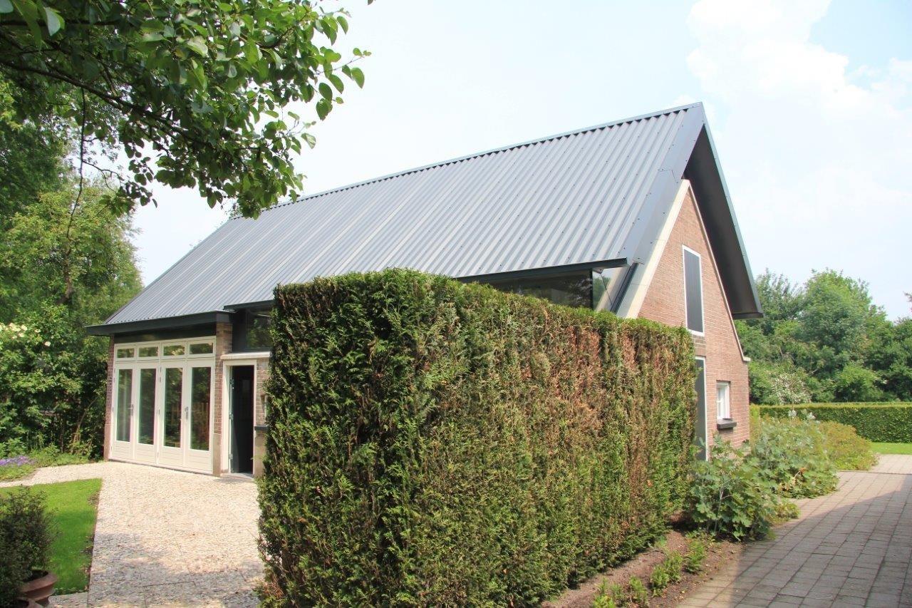Архитектор Хенк Хамуис из Hamhuis Architects предложил поднять крышу старого летнего дома, бывшего свинарника, на 80 см, чтобы сделать здание более просторным и легким.