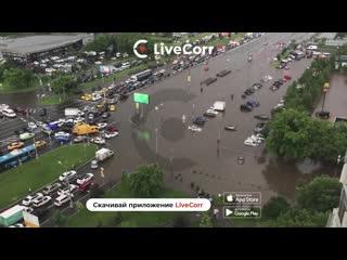 Потоп после ливня парализовал движение на Варшавском шоссе в Москве