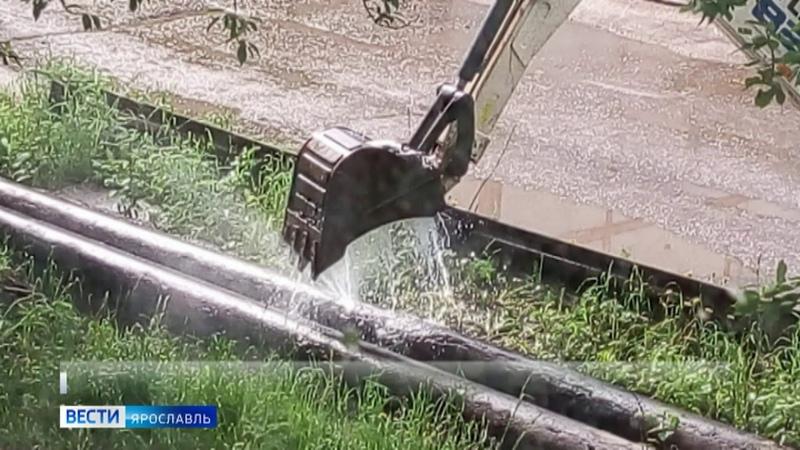 В Ростове струю горячей воды сдерживали ковшом экскаватора