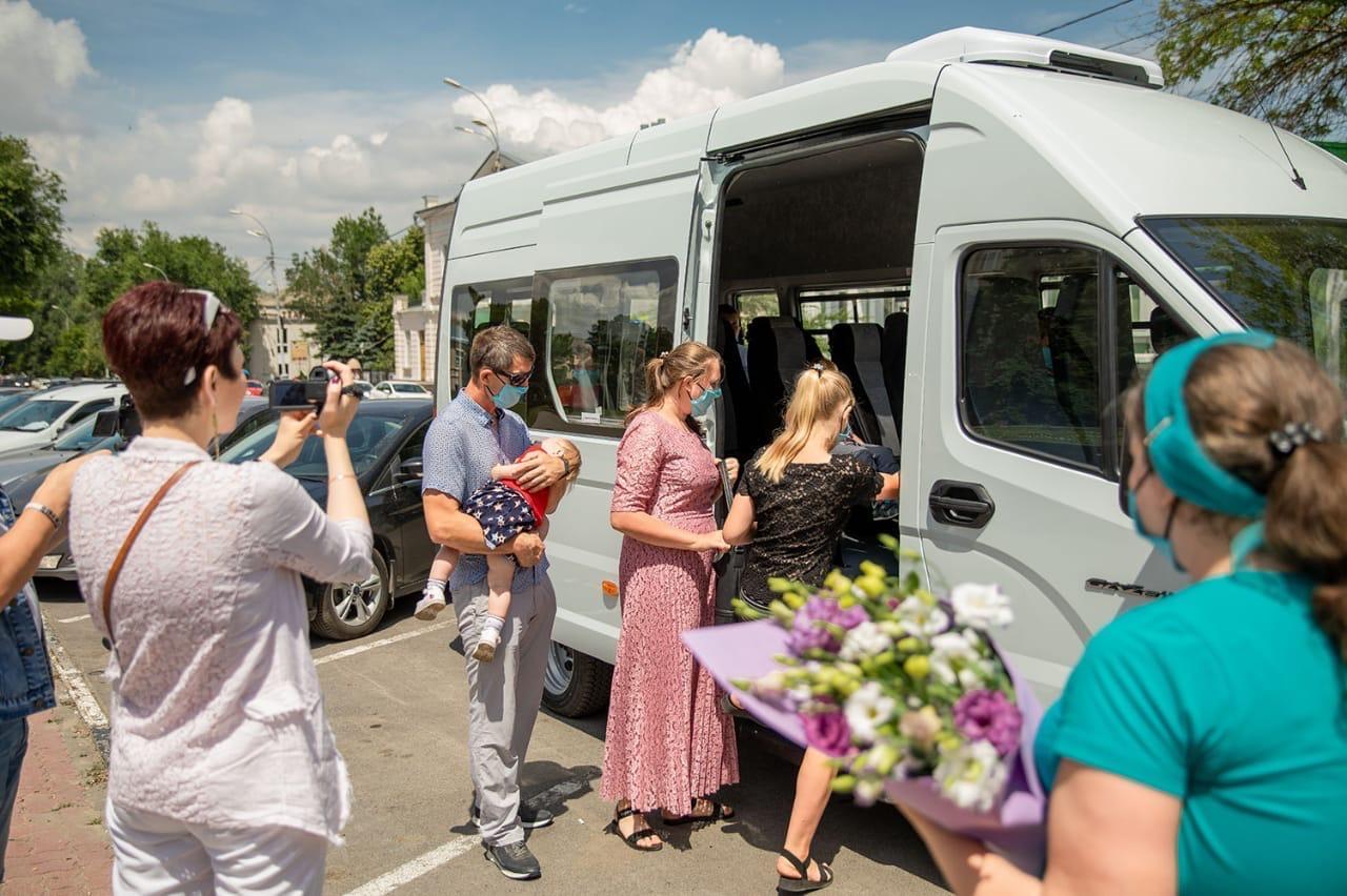 Глава Администрации Таганрога Андрей Лисицкий вручил ключи от микроавтобуса многодетной семье