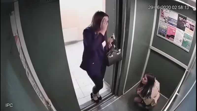 В Уфе девушки не увидели большой разницы между общественным туалетом и лифтом