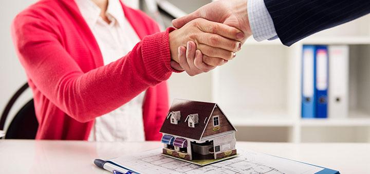 Специалист по жилищным вопросам работает в жилищном секторе