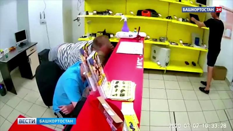В Башкирии неизвестный ограбил салон связи, пока продавцы общались между собой