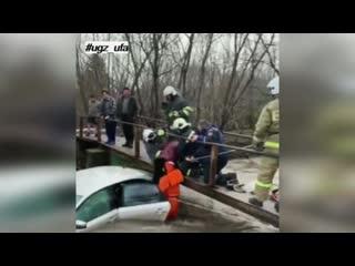 В Уфе спасатели помогли людям выбраться из машины