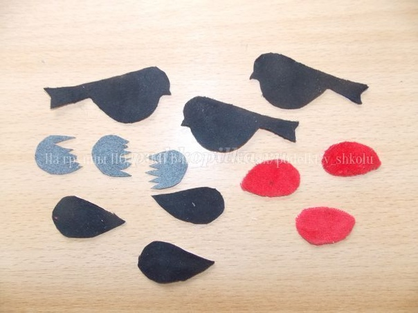 ПАННО СНЕГИРИ Необходимые материалы и оборудование: - Бархатная бумага или остатки велюра красного, черного и серого цвета- Пенополиэтилен (упаковочный) - Пенопласт- Картон синий или голубой-