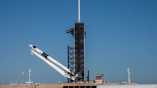 Falcon 9 and Crew Dragon are vertical on the launch pad · coub, коуб