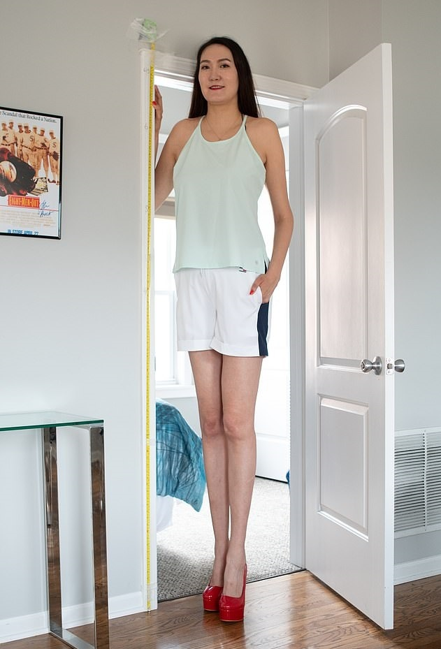 Девушка стала известна благодаря длине своих ног.