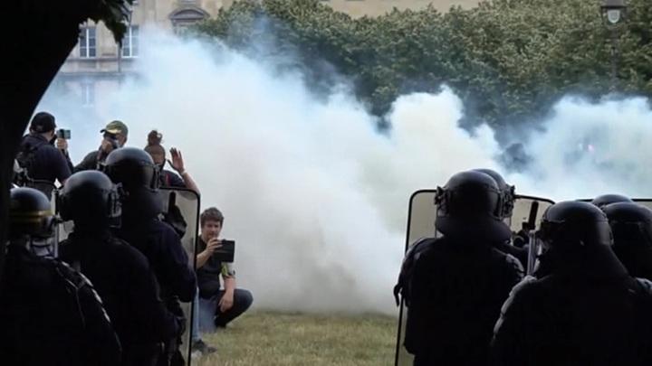 Запад охватила деколонизация в центре Парижа полиция применила слезоточивый газ