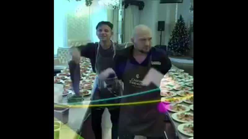 А как вы банкеты накрывайте rolling on the floor laughing man dancing christmas tree 🤩 240p mp4