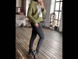 В гардеробе современной девушки джинсы уже давно обосновались, как универсальный предмет одежды. Они органично вписываются в лю