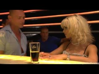 Mia Magma (Блондинка с шикарным телом пришла в клуб потрахаться с несколькими парнями)