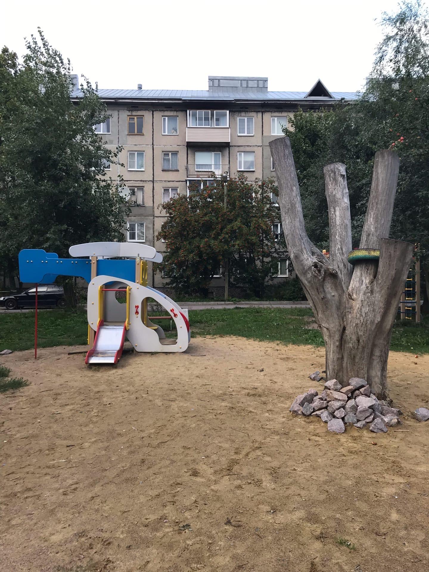 Суровая детская площадка в Сортавале