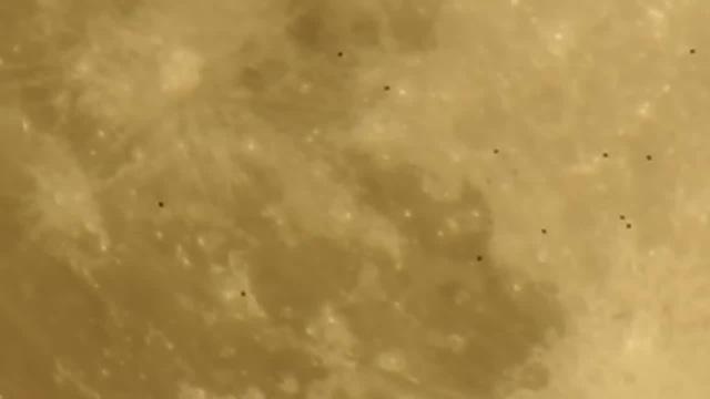 UFO between Earth and the Moon НЛО между Землёй и Луной