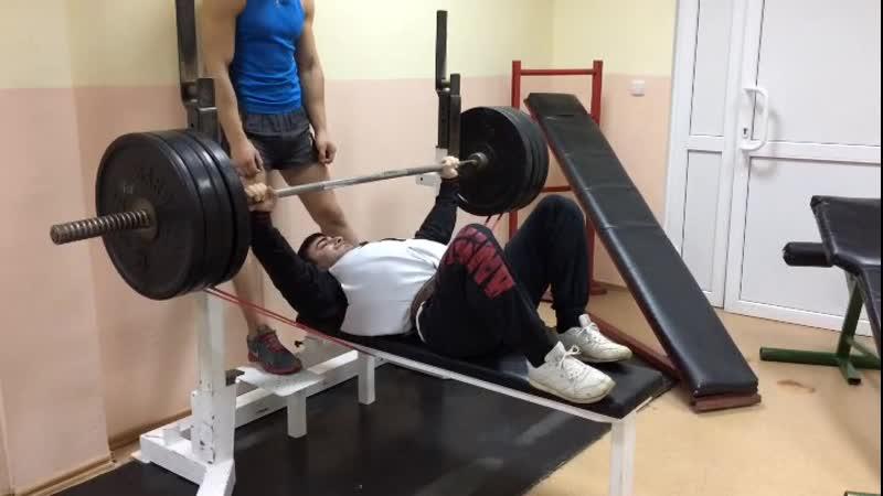 Эльбрус Мамалиев жим лёжа с резиной demix 20 30 кг 160 кг на 7 повторений второй подход