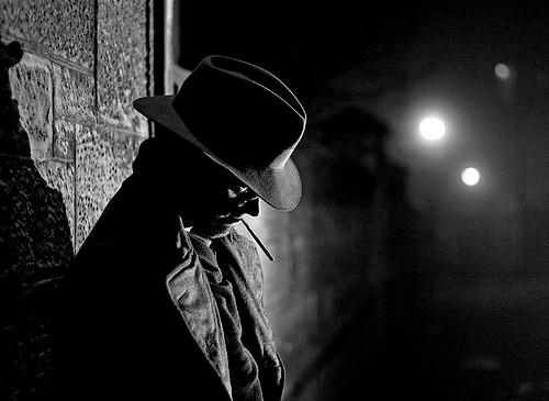 Тру детектив Детектив смял старую шляпу и присел на бордюр. Беспокойная ночь, а теперь и утро не предвещает покоя. Очередное тело, распластанное в нелепой позе, и кровавая лужа на асфальте.