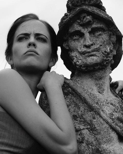 Ева Грин развлекается в перерыве съёмок «Казино Рояль», 2006 год