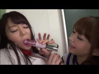 Одноклассница издевается над подругой (japanese lesbian slut унижение teen schoolgirl школьницы лесбиняки)