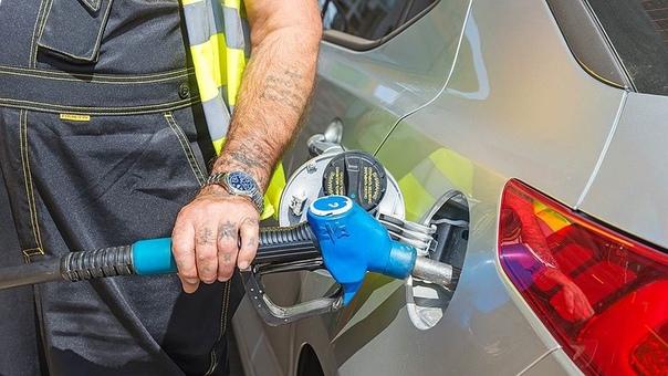 Россиянам недоливают бензин на каждой 5й заправке. Глава Минпромторга РФ Денис Мантуров заявил, что после проведенных в этом году проверок выяснилось, что почти в 20% случаев АЗС недоливали