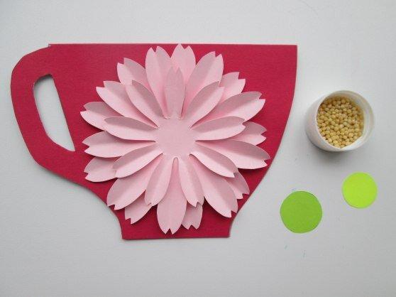 ОТКРЫТКА «ЧАШЕЧКА С ЦВЕТКОМ» Понадобятся: - цветной картон; - плотная тонированная бумага; - тонкая тонированная бумага (для серединки) ; - простой карандаш; - ножницы; - клей-карандаш; -