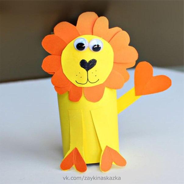 ЛЬВЁНОК ИЗ БУМАГИ Понадобятся:Оранжевая и жёлтая бумагаГлазкиКлейНожницыЧёрный фломастер1. Вырежьте маленькие оранжевые сердечки для гривы львёнка. Приклейте их к заготовке головы.2. Обклейте