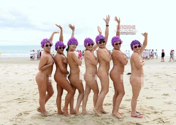 В Ирландии прошел благотворительный заплыв Strip and Dip, посвященный борьбе с раком Участие в нем приняли 1,8 тысяч женщин, которые искупались в море обнаженными. В акции приняли участие, в том