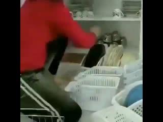 Маленькая подсказка для наведения порядка в кухонном шкафу -