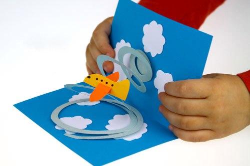 ОТКРЫТКА К 23 ФЕВРАЛЯ СВОИМИ РУКАМИ Главное в этой открытке спираль. Спираль нужно вырезать из плотной бумаги и сделать как можно больше витков. Самолет, наоборот, нужно склеить из тонкой