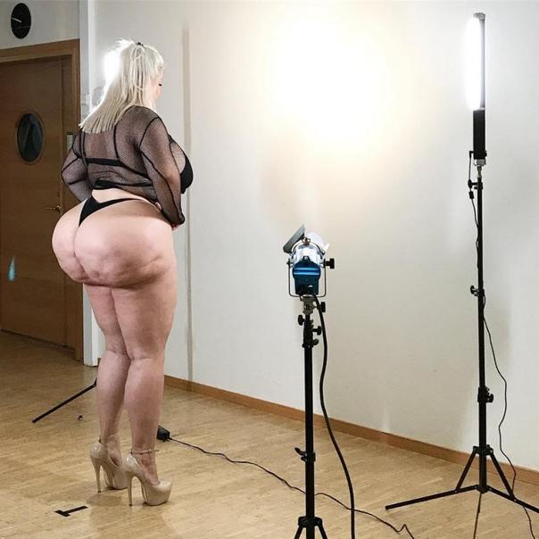 Наташа Краун вовсе не пациент дурки, она шведская модель Ясно! Наташка гордится своим уродливым курдюком и заявляет, что это убожество результат диет и изнурительных тренировок в спортзале. Ага,