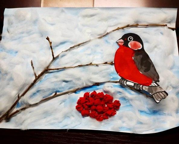Сказочная аппликация: Снегирь Еще одна интересная аппликация на тему зима. Чтобы сделать такую же зимнюю поделку с ребенком, вам понадобятся: веточка дерева, вата, салфетки красного цвета.