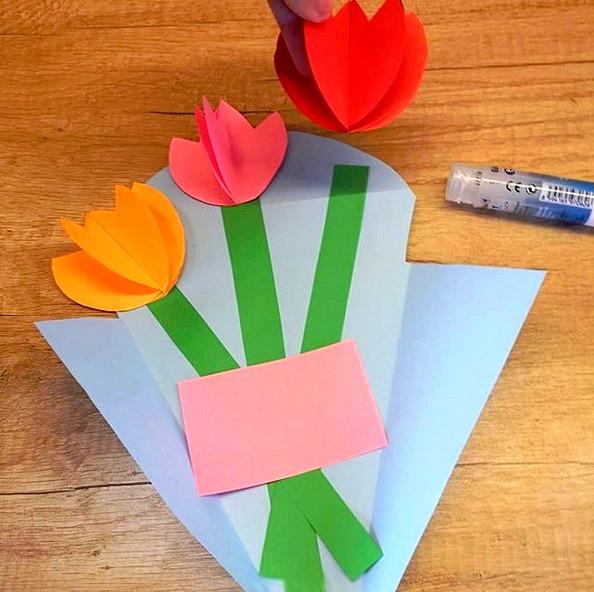 Букет цветов из бумаги для мамы или бабушки. Подробный мастер класс см. на фото.