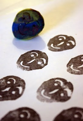 ПЛАСТИЛИНОВЫЕ ПЕЧАТИ - ШТАМПЫ Из пластилина можно сделать самые разнообразные штампы для создания рисунков изотпечатков. Варианты: скрутить жгутик пластилина в спираль; скатать шарик/кубик/овал,