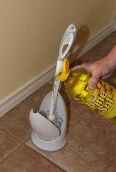 Муж взял жидкое мыло и залил в емкость для ёршика, я не понимала для чего он это делает