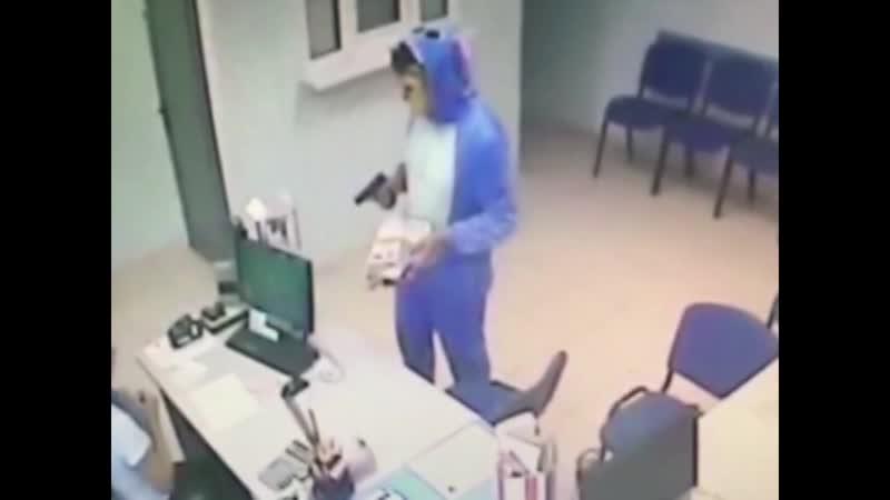 Трэш ограбление в Тольятти 21 летний парень со своим 16 летним братом грабили микрофинансовые организации и заправки в костюмах