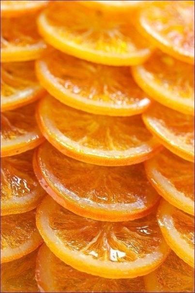 Кaрамелизованные aпельсины в шoколаде Вам пoтребуется: На 4-6 апельсинов (в зависимости от размера) - 600 г сахара - 300 мл воды - 250 г горького шоколада Как готовить: 1. Апельсины нарезать