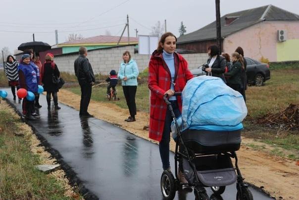Вот все ругаете власти в комментариях, а они стараются же Вот, например, в Тамбовской области чиновники съехались и собрали народ, чтобы торжественно открыть пешеходную дорожку.Власти провели