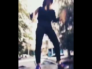 Девушка, устроившая танцы на крышах машин в Казани, явилась в полициюДевушка, которая устроила танцы накрышах автомобилей в