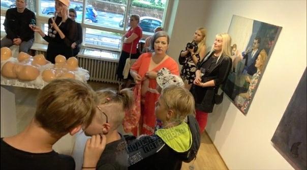 Насилие над детьми дитектед Говнофемка и лесбуха Мара Тралла показывает детям на выставке эстонского художника Марко Маетамма в музее изобразительного искусства в Таллине истинное современное