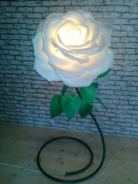 В современном декоре все большую популярность набирают большие цветы.