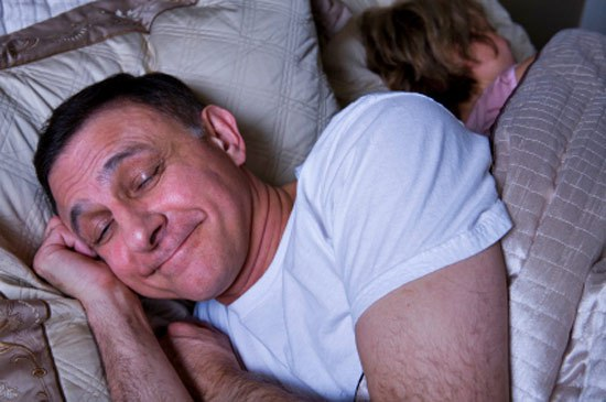 Три часа ночи. Муж с женой спят.