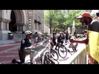 У входа в Trump Tower полицейские встали на колени перед чернокожими протестующими.