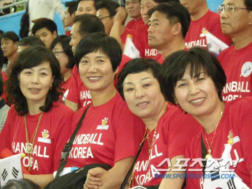 Ким Хень Ми — вторая слева