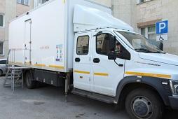 Жители района делают прививки в мобильной поликлинике на колесах
