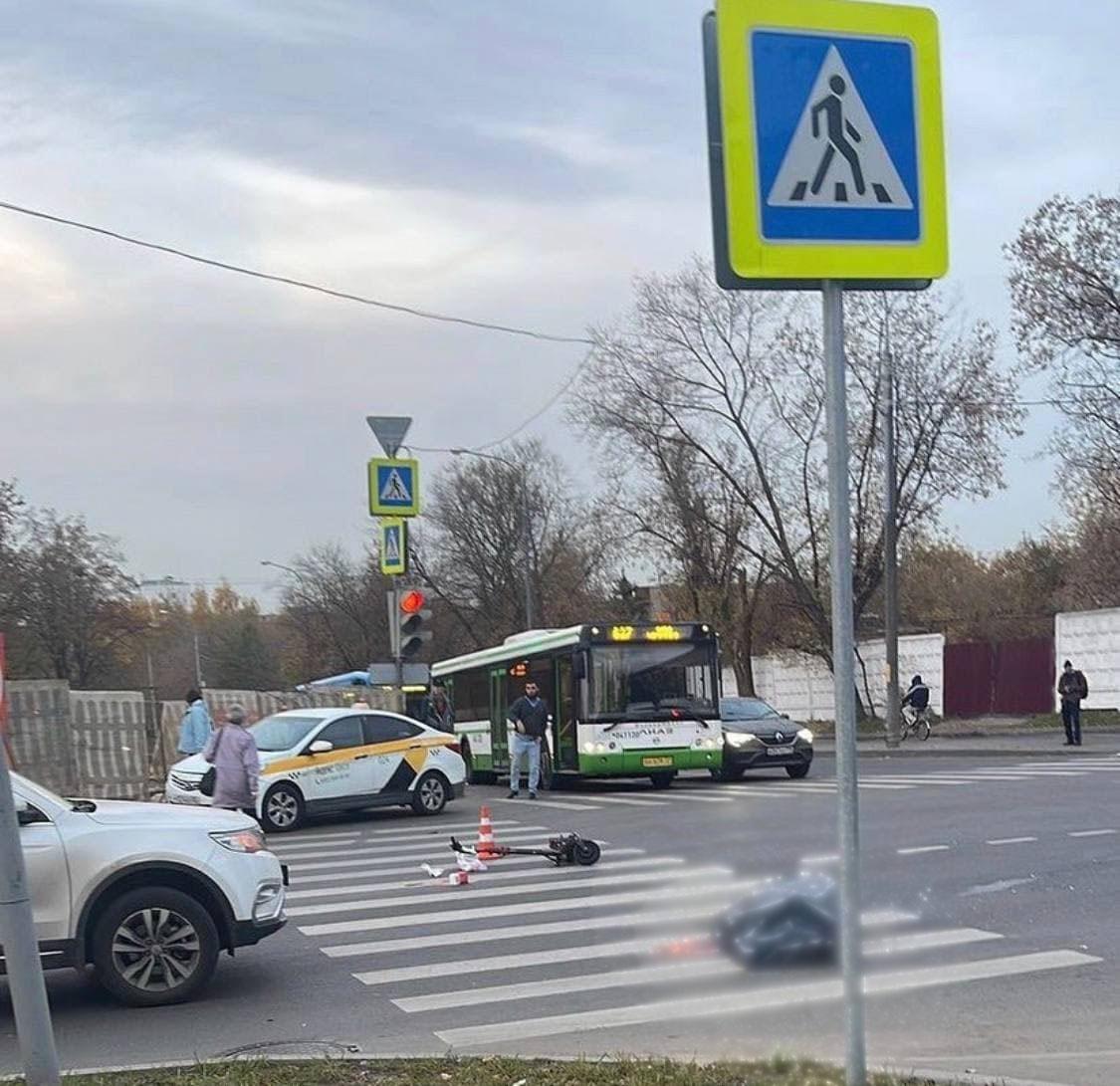 В Москве электросамокатчик разбился насмерть, влетев в «Газель»
