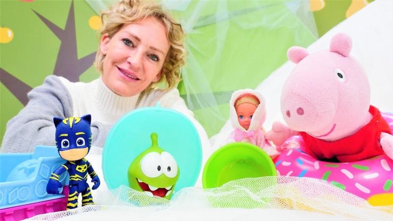 Kinder Spielzeug Video mit Nicole. Catboy, Peppa und Om Nom fahren Schlitten.