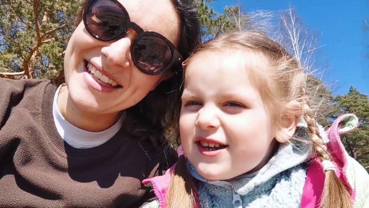 """Kids english at home.'s Instagram profile post: """"Давайте учить английский вместе 👩👩👧👧 Моей дочке 4 года. Уже 3 месяца каждый день мы занимаемся,..."""