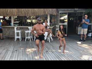 Папа и дочка танцуют. MALUMA & GIMS - Hola Senorita. OMUR ABAY & SENA YILMAZ. NEW ZUMBA CHOREO. Zumba fitness