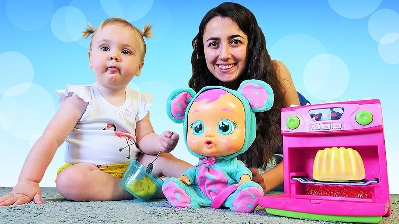 Bebek bakma ve yemek yapma videosu Sevcan ve Derin Crybaby Lala için muzlu puding yapıyor