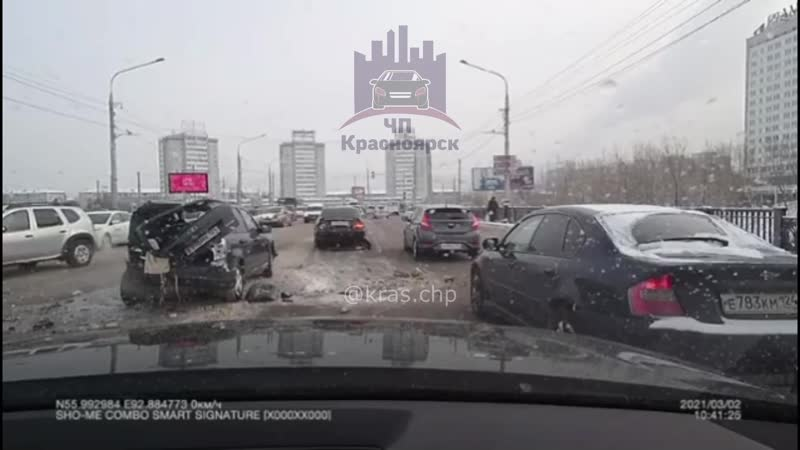 На Коммунальном мосту вылетевший на встречную полосу водитель устроил аварию