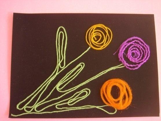 НИТКОГРАФИЯ - «РИСОВАНИЕ» НИТЯМИ Ниткография- выкладывание с помощью шнурка или толстой нити контурных изображений различных предметов, то есть «рисование» с помощью нити.Метод ниткографии