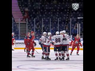 Дэниэл Буцаев забивает первый гол в КХЛ